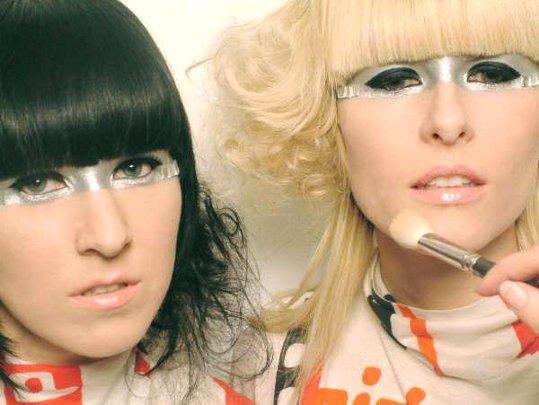 Robots In Disguise + Austra (En Attendant Les Femmes S'en Mêlent 2011) en concert