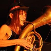Nini Dogskin en concert